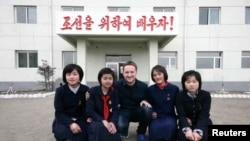 2012年在朝鲜的经济特区的一所学校,加拿大商人迈克尔·斯帕沃尔与女孩们合影。
