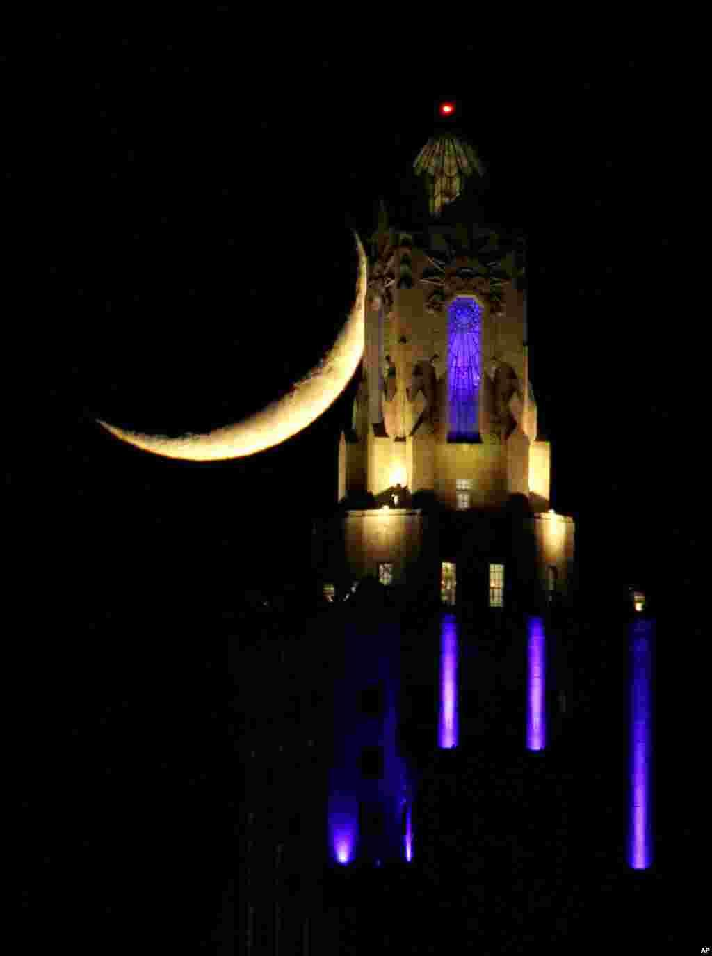 نمایی از هلال ماه در آسمان کانزاس سیتی میزوری