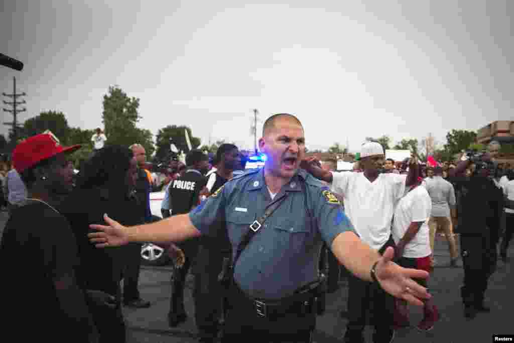 Місто Фергюсон. Багато американців обурились тим, як поліція міста повелась у перші дні протестів. Проти мітингувальників виставили мілітаризовані підрозділи поліції, а до журналістів застосували силу.