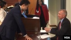 薄瓜瓜请《中国的挑战》作者柯庆生签名 (美国之音方冰)