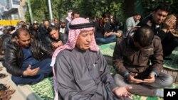 시민들이 24일 이라크 파루자에서 금요 기도모임에 참석했다