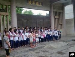 上埔村部分学生在上埔学校前