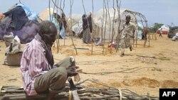 Một người đàn ông cắt cây dựng lều trong trại tị nạn ở Mogadishu, Somalia, 11/8/2011