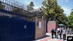 2015年8月22日, 行人从英国驻伊朗德黑兰大使馆正门前走过。