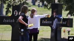 Una familia visita el memorial dedicado a las víctimas del ataque a la escuela secundaria Columbine, en Colorado.