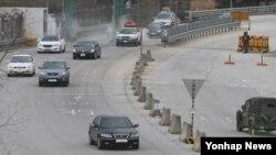개성공단 운영이 잠정 중단된 가운데, 8일 한국 경기도 파주시 경의선 남북출입사무소에서 개성공단 차량이 귀환하고 있다.