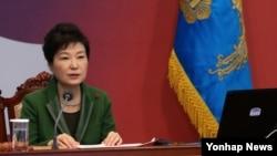 박근혜 한국 대통령이 19일 청와대에서 열린 영상국무회의에서 모두발언하고 있다.