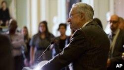 Pemimpin minoritas Senat AS, Harry Reid memberikan keterangan kepada media di gedung Capitol (foto: dok). Senat dan DPR AS akan melangsungkan pemungutan suara soal rencana anggaran sementara hari Rabu (30/9).