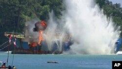 Indonesia đánh chìm tàu đánh cá bất hợp pháp ở ngoài khơi Pangandaran, Tây Java, ngày 14/3/2016.