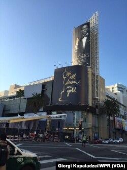 Poster ajang Oscars 2016 yang menampilkan sosok pembawa acara Chris Rock (Dok: VOA/Dhania)