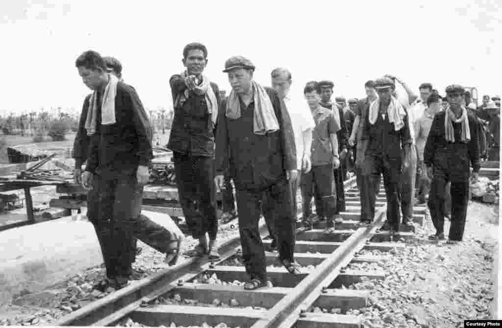 1977年,英萨利与中国顾问一道视察铁路。(柬埔寨档案馆文件中心)