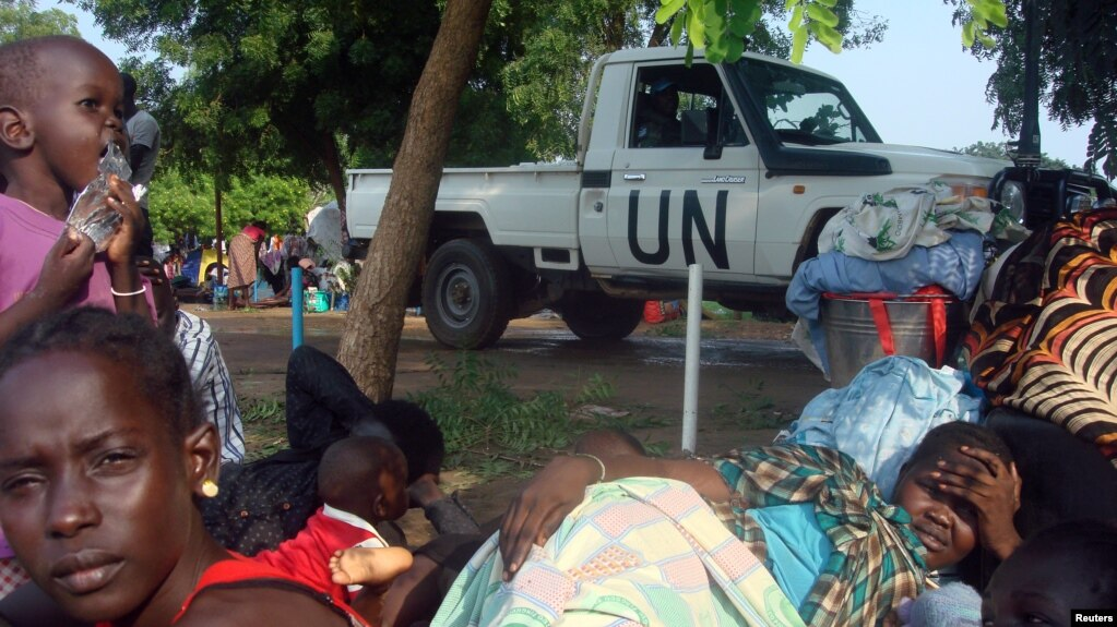一輛聯合國卡車開過安置南蘇丹國內難民的營地(資料照)
