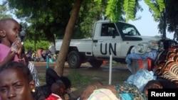Des familles sud-soudanais déplacées se reposent dans un camp à l'intérieur de la Mission des Nations Unies au Soudan du Sud (MINUSS) à Tomping, Juba, Soudan du Sud, 11 juillet 2016. (MINUSS) / cédée à Reuters RÉDACTEURS.