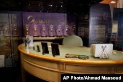 지난달 '아프리카계 미국인 역사문화 박물관'에서 유명 방송인인 오프라 윈프리씨의 전시회가 시작된 가운데 윈프리씨가 '오프라 윈프리스 쇼'에서 사용하던 책상과 소지품이 진열돼 있다.