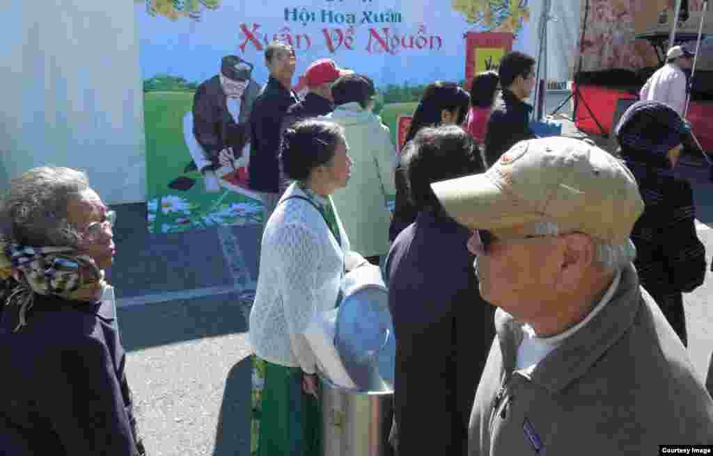 Hội Hoa Xuân 2015 có qui mô nhỏ hơn nhưng cũng thu hút đông khách du xuân (ảnh Bùi Văn Phú)
