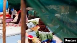 非洲南蘇丹馬拉卡爾聯合國難民營里的一個營養不良的女孩(2014年7月24日 資料照片)