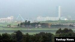 한국의 개성공단 문제 논의 제안에 북한이 닷새째 반응을 보이지 않는 가운데, 2일 남측 파주시 대성동 마을에서 개성공단이 보이고 있다.