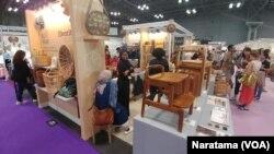 Paviliun Indonesia memamerkan produk kreatif unggulan dalam ajang NYNOW 2019 di kota New York, AS. (Foto:VOA/Naratama).