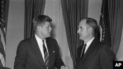 1961-ва: Џорџ Мекгаверн со претседателот Џон Ф. Кенеди во Белата куќа