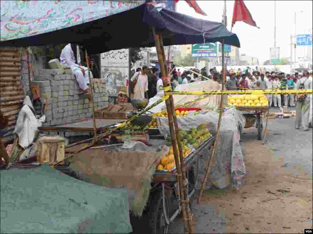صدر بازار میں جائے دھماکہ کے قریب کھڑے پھل فروشوں نے سیکورٹی کے باعث اپنےٹھیلوں پر کپڑا ڈال کر انہیں بند کر دیا۔