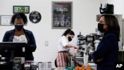 美國副總統賀錦麗在拉斯維加斯烹飪學院觀看咖啡師培訓示範。 (2021年3月15日)
