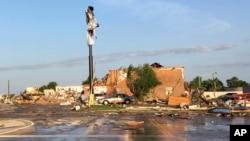 Ruševine motela razbacane po zemlji nakon što je smrtonosna oluja prošla kroz El Reno, Oklahoma, 26. maja 2019.