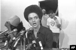캐슬린 클리버 씨가 미국 흑인 인권 단체 '블랙팬더' 공보담당이었던 지난 1972년 8월 샌프란시스코에서 기자회견을 하고 있다.