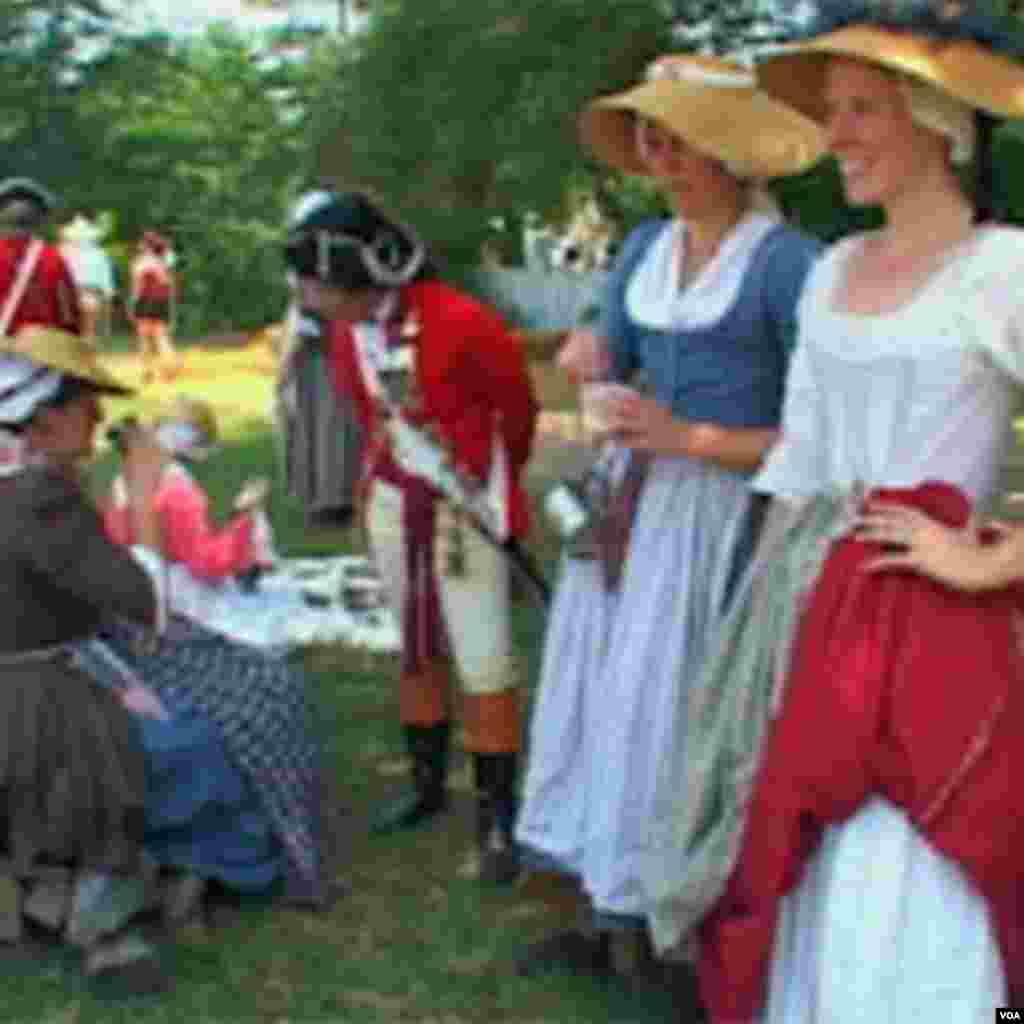زنان با لباسهایی که نماد پوشش ساکنان ویلیامزبرگ در دوران استعماری است در شهر حرکت میکنند و با بازدیدکنندگان به گفتگو میپردازند و حال و هوای دو قرن پیش را در شهر ایجاد می کنند.