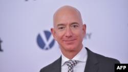 """En esta foto de archivo tomada el 14 de diciembre de 2017, el CEO de Amazon, Jeff Bezos, llega al estreno de """"The Post"""" en Washington, DC."""