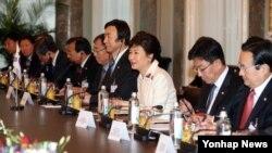 박근혜 한국 대통령(가운데)이 디디에 부르크할터 스위스 대통령과 20일 베른 연방 재무부 청사에서 가진 양국 정상회담에서 인사말을 하고 있다.