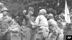 태평양전쟁 종전 직전 미군에 투항한 일본군들을 대상으로 몸 수색을 벌이는 미군들(자료사진)