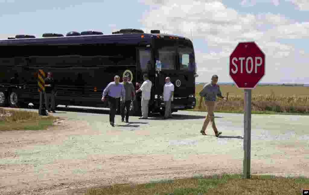 Барак Обама та міністр сільського господарства Том Вілсак оглядають кукурзні поля, які постраждали від посухи.