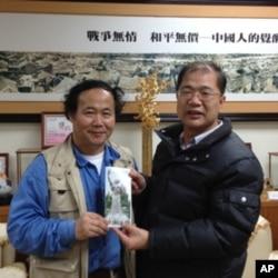 陈维明( 左 )获得金门县长李沃士的支持