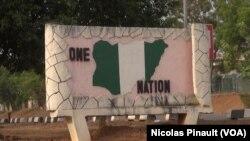 """""""One Nation"""" (une nation), panneau célébrant l'unité du Nigeria, dans le parc Unity Fountain à Abuja, le 7 mars 2016. (VOA/Nicolas Pinault)"""