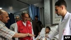 Francesco Rocca (dua dari kiri) Presiden Federasi Palang Merah Internasional dan Kelompok Bantuan Bulan Sabit Merah, menjenguk pemuda Palestina yang sedang dirawat di rumah sakit Bulan Sabit Merah di Khan Yunis, Jalur Gaza selatan, 22 Mei 2018. (Foto: dok).
