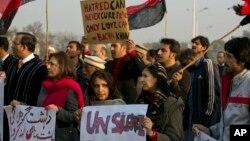 지난달 21일 파키스탄 이슬라바드에서 시위대가 바차칸 대학 테러 공격을 규탄하고 있다.