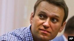 Pemimpin oposisi Rusia Alexei Navalny mendengarkan keputusan juri di pengadilan kota Kirov, Rusia (18/7).