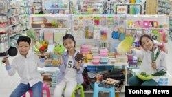 28일 서울 다이소 본사 도곡점에서 어린이 모델들이 나들이 여행용품을 소개하고 있다.