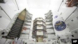 Des observatoires de la mission MMS de la NASA, avant leur lancement (AP Photo/NASA, Ben Smegelsky)