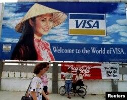 베트남 호치민시 공항 인근에 크레딧카드 광고가 붙어있다. (자료사진)