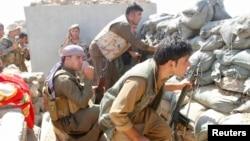 Para pejuang Kurdi bertempur dengan militan ISIS di Daquq, selatan Kirkuk, Irak (30/9).
