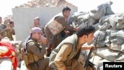 30일 이라크 키르쿠크 남부 지역에서 쿠르드족 병사들이 ISIL과 전투를 벌이고 있다.