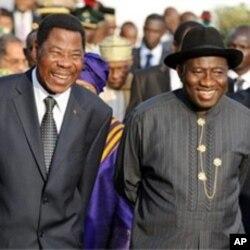 Le président béninois Thomas Yayi Boni et son homologue nigérian, Goodluck Jonathan, au sommet d'Abuja du mois dernier sur la Côte d'Ivoire