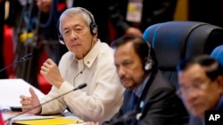 Menteri Luar Negeri Filipina Perfecto Yasay (kiri) dalam KTT ASEAN-AS di Vientiane, Laos (8/9). (AP/Gemunu Amarasinghe)