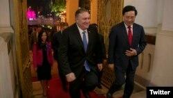 مایک پمپئو (چپ) در جریان دیدار با فامبینمین، وزیر خارجه ویتنام در هانوی