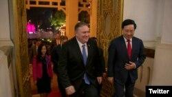 Ngoại trưởng Mỹ Mike Pompeo hội kiến PTT kiêm Ngoại trưởng Việt Nam Phạm Bình Minh chiều tối ngày 26/2/2019 tại Hà Nội. Photo Twitter Mike Pompeo.