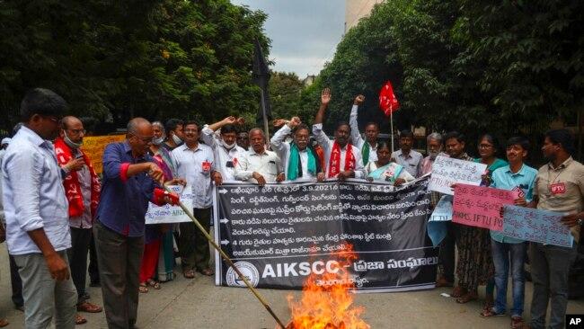 Para petani India berdemo memprotes pembunuhan empat petani di negara bagian Uttar Pradesh, Hyderabad, India, 4 Oktober 2021. Para petani itu ditabrak oleh mobil milik Menteri Dalam Neger Junior Ajay Mishra