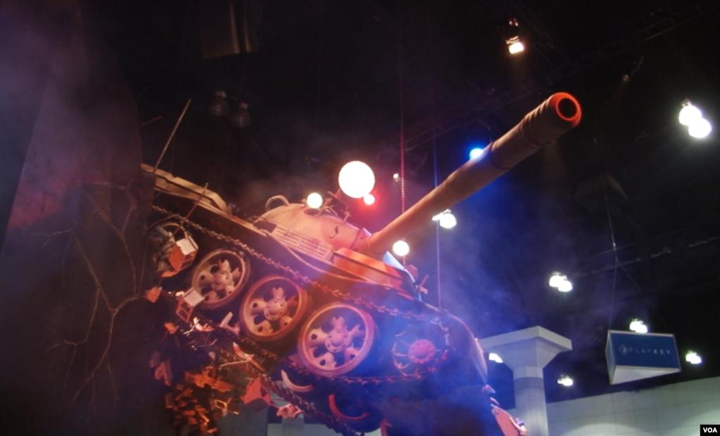 اثر هنری در غرفه شرکت «وارگیمینگ دات نت» بنام یک تانک معلق در هوا. این شرکت چندین بازی جدید در ژانر استراتژی-اکشن به بازار معرفی کرد.