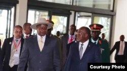 Perezida Yoweri Museveni wa Uganda na John Pombe Magufuli wa Tanzaniya