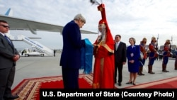 Ngoại trưởng Mỹ John Kerry nhận quà khi đến Sân bay Quốc tế Chinggis Khaan ở Ulaanbataar, Mông Cổ, ngày 5/6/2016.